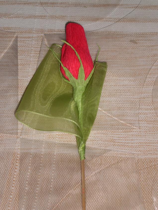 Как сделать розу из конфет и гофрированной бумаги