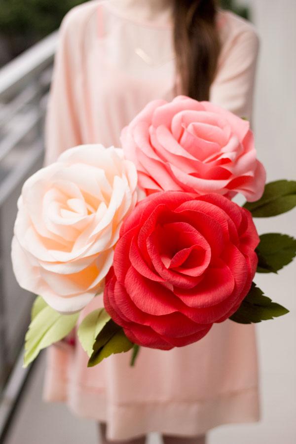 Простые розы из гофрированной бумаги своими руками
